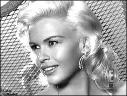 Ex-playmate, elle fut lancée pour concurrencer Marilyn. Décédée à 34 ans dans un accident de voiture, elle valait beaucoup mieux que les rôles de blonde idiote dus à sa somptueuse plastique...
