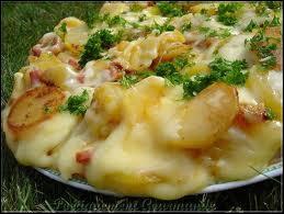 Quel est ce plat auvergnat composé de pommes de terre, tome fraîche du Cantal et lard grillé ?