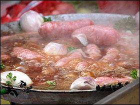 Que sont ces saucisses savoyardes faites avec du porc hâché et parfumées à la muscade, dont on peut trouver une version  fumées  ?
