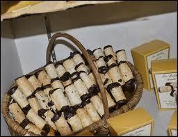 Pâte à cigarettes garnie de mousse pralinée, ce sont des :