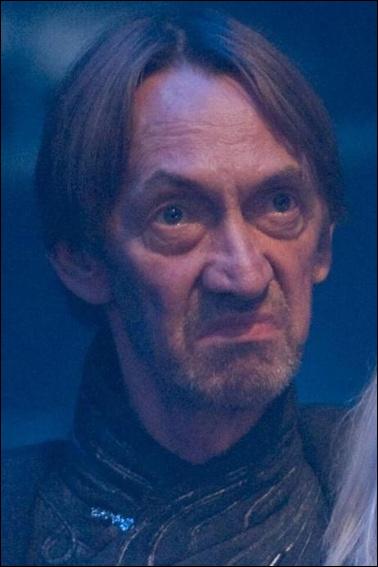 Voici un homme qui était engagé par le ministère de la Magie et c'est lui qui a coupé la tête de Buck. C'était aussi un Mangemort et il s'appelait :