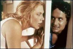 Kathleen Turner et, derrière la porte Michael Douglas, sont mari et femme dans cette tragi-comédie très noire de Danny de Vito. Quel est le titre du film ?