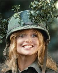C'est la pétulante Goldie Hawn, qui est une jeune veuve voulant oublier son chagrin. Elle intègre l'armée qui lui est présentée par le recruteur comme un camp de vacances. Le film est ?