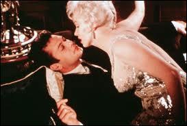 Le film est en noir et blanc. Mais voici une photographie en couleur d'une scène célèbre, entre Marilyn Monroe et Tony Curtis, sur un yacht. C'est l'excellente comédie de Billy Wilder...