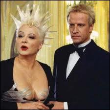 Une coiffure piquante et blonde pour Josiane Balasko, et son amoureux richissime Christophe Lambert. Quel est ce film ?
