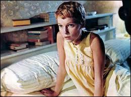 La jeune Mia Farrow sur son lit qui va devenir un lieu d'épouvante dans ce film devenu culte, qui est ?