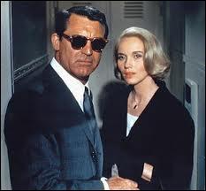 La blonde, c'est Eva Marie Saint, aux côtés de Cary Grant. La scène se passe dans un train... Quel est ce film ?