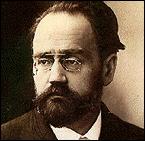 Émile Zola prit parti dans l'affaire Dreyfus. Cela lui valut une condamnation à l'exil. De quelle façon un peu douteuse est-il mort peu après son retour en France ?