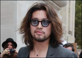De quel chanteur français, ce chanteur est-il le fils ?