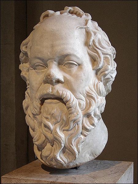 Philosophe athénien dont l'on connaît l'existence à travers les écrits de Platon et devenu célèbre pour sa contribution dans le domaine de l'éthique et son approche de la logique. Il s'agit de :