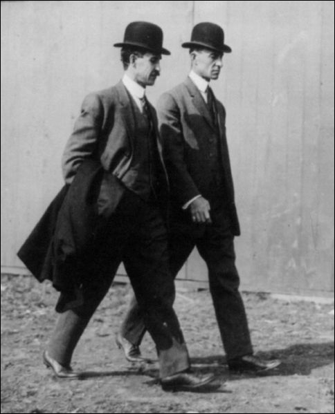 Ces deux frères américains construirent le premier avion réussi au monde dans les années 1900. Il s'agit des :