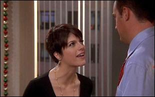 Selma Blair joue Wendy une collègue de travail de Chandler à Tulsa. Que lui fait-elle ?