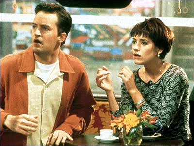 Paget Brewster joue Kathy la petite amie de Chandler. Avec qui sort-elle avant lui ?
