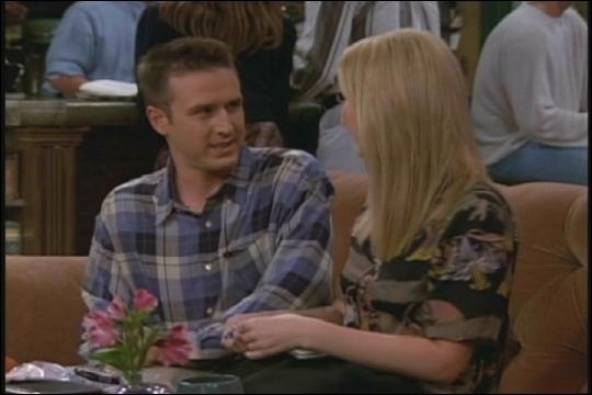 David Arquette joue Malcolm l'admirateur secret d'Ursula la soeur jumelle de Phoebe. Avec qui va-t-il sortir ?