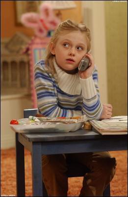 Dakota Fanning joue Makenzie une petite fille qui vit dans la maison que Monica et Chandler veulent acheter. Quel personnage console-t-elle car il est triste que ses amis déménagent ?