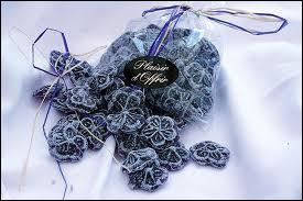 Friandise élaborée à partir de fleurs fraîches de violettes, cristallisées dans le sucre, je suis...