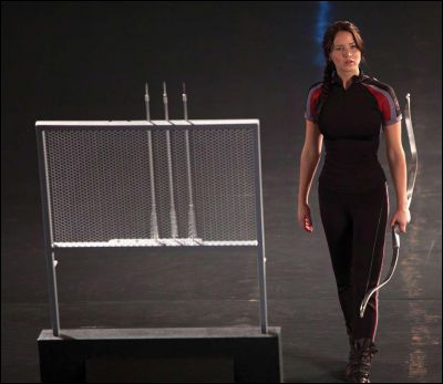 Qui Katniss regarde-t-elle ?