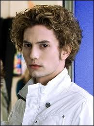 """Pourquoi Jasper suit Bella comme """"un toutou"""" ?"""