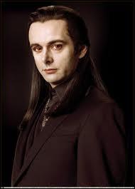 Qui a dit aux Volturi qu'il y a un enfant immortel ?