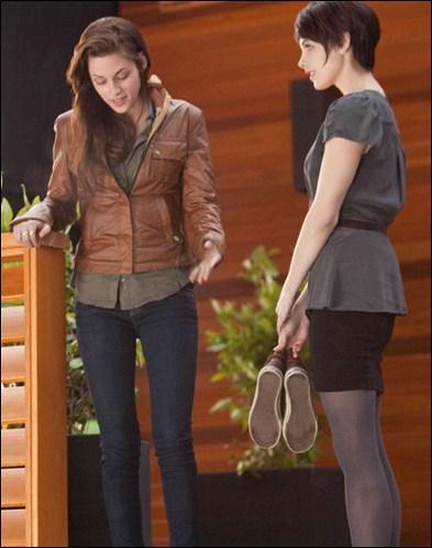 Quand Emmett demande à Alice :  Où on les met, patronne ?   puis, qu'elle lui répond :   De chaque côté de l'allée.   Que dit Alice ensuite ?