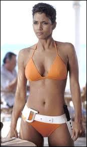 Aussi célèbre désormais que le maillot blanc de la blonde Ursula Andress, voici le maillot orange de la brune Halle Berry. Dans quel film ?