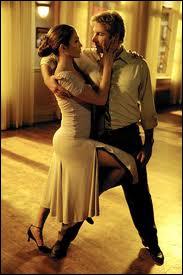 Jennifer Lopez est une vraie danseuse, et une bonne danseuse. Elle a d'ailleurs débuté ainsi. Dans ce film, elle est une professeur de danse. Quel est ce joli film, remake d'un film japonais ?