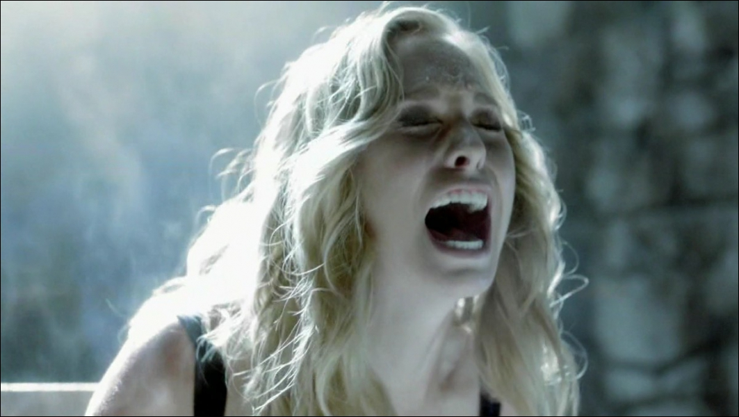 Qui torture Caroline pour associer le sang à la douleur ?