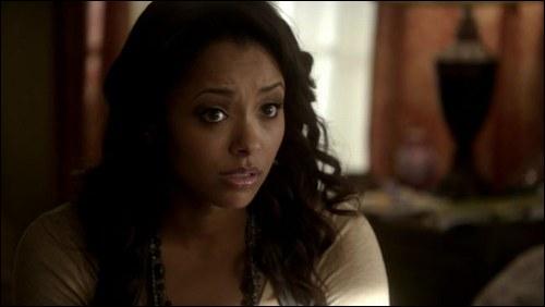 A chaque fois que Bonnie prononce des sortilèges, par quoi ses sortilèges commencent-ils ?