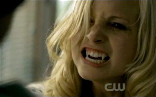 Complétez - Damon :  Je suis plus âgé que toi.   Caroline :  Et moi. .