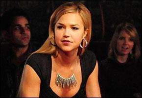 Quand Lexi vient voir Stefan pour son anniversaire, Elena rentre chez les Salvatore et voit Lexi. Comment est-elle ?