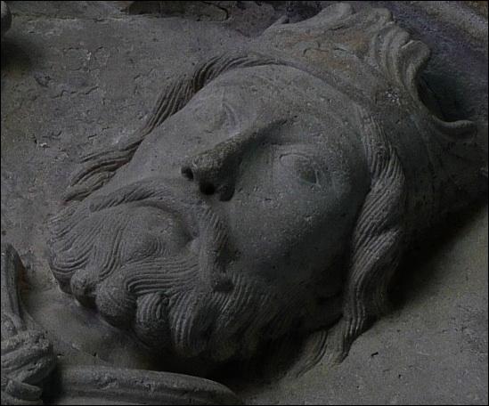 Rue de l'Abbaye, quel roi mérovingien, de retour de guerre, fit construire une basilique en 542, enfermant les trésors rapportés d'Espagne (la tunique de St Vincent et une croix d'or de Tolède) ?