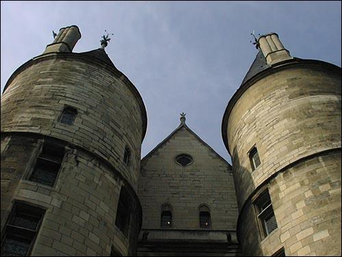 Quai de l'Horloge, l'ancien logement du gouverneur du palais du Roi,  la Conciergerie , devint une prison. En quelle année ?