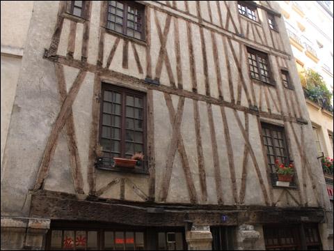 Rue Volta subsiste la plus ancienne maison de Paris. Sous le règne de quel monarque a-t-elle été construite ?