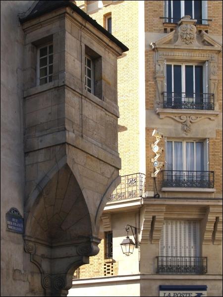 Dans cette rue, un riche marchand fit don de sa maison en 1415 afin d'y loger 48 pauvres. Il s'agit de la :