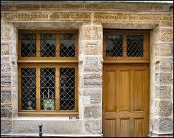 Rue de Marivaux habita un célèbre alchimiste qui tenait une échoppe s'appelant  Fleur de Lys . Sa maison est toujours l'objet de curiosité à l'heure actuelle, il s'agit de :