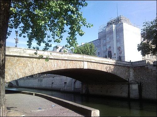 Le Petit-Pont est l'un des plus ancien reliant l'Île de la Cité à la rive gauche de Paris. A quelle époque existait-il déjà ?