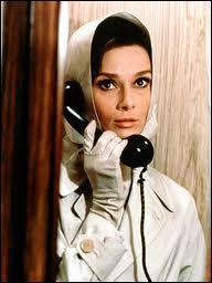 Dans ce film, Audrey Hepburn est Reggie (Regina), veuve, qui est poursuivie notamment par Cary Grant. C'est dans ?