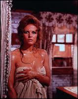 En sueur sous un soleil de plomb, c'est Claudia Cardinale, dans un film de Sergio Leone dans lequel il ne se passe rien ou presque durant près de 20 mn, la durée d'ouverture du film. C'est ?
