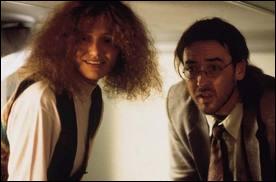 Voici l'échevelée Cameron Diaz avec John Cusak dans un film étrange, qui se déroule en partie dans un bâtiment à demi-étages, qui mène tout droit à l'intérieur du crâne d'un acteur
