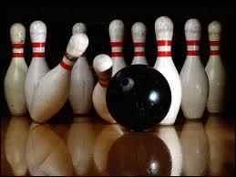 Au bowling, quel est le nom du coup qui permet d'abattre toutes les quilles au premier lancer ?