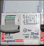 Quel type d'interrupteur est placé en amont de la protection d'un lave-linge ?