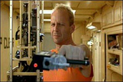 En 1997 il joue un personnage du futur aux cotés de Milla Jovovich :