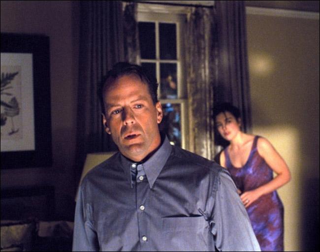 En 1999, il est un psychiatre qui s'occupe d'un enfant qui voit des morts :
