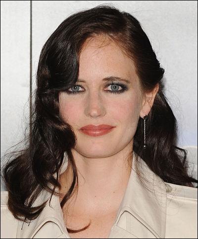 Actrice née en 1980, elle apparait dans quelques rôles au théâtre. Sa première apparition au cinéma date de 2003 dans le film  Innocents, the dreamers  de Bernardo Bertolucci.