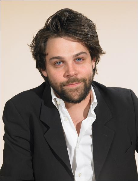 Acteur né en 1980, il est aussi metteur en scène, producteur et dirige un théâtre à Avignon. Première apparition au cinéma en 2000 dans  Le jour de grâce  de Jérôme Salle.