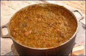 Il est de tradition en Guyane de servir, le lundi de Pâques le bouillon d'Awara, de quoi est-il composé ?