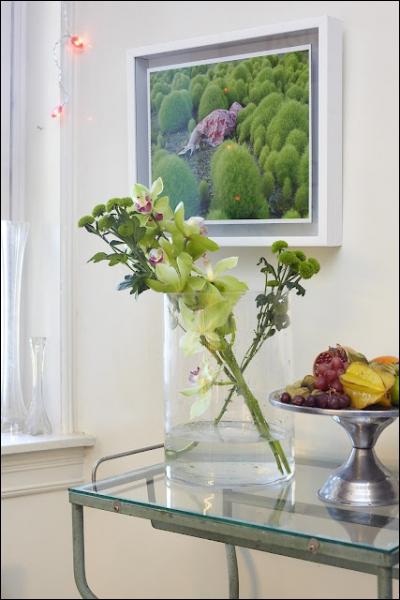 Voici un arrangement inattendu et très rafraichissant, en raison du choix de la couleur verte. Ce sont des branches de la famille des chrysanthèmes associées à ?