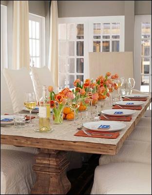 L'arrangement de cette table associe des oranges (le fruit) dans des vases transparents avec des bouquets identiques et de teintes orangées de ?