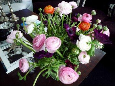 Un joli bouquet rond un peu indiscipliné du fait de la fleur qui le compose, mélangée à des anémones violettes, qui est ?