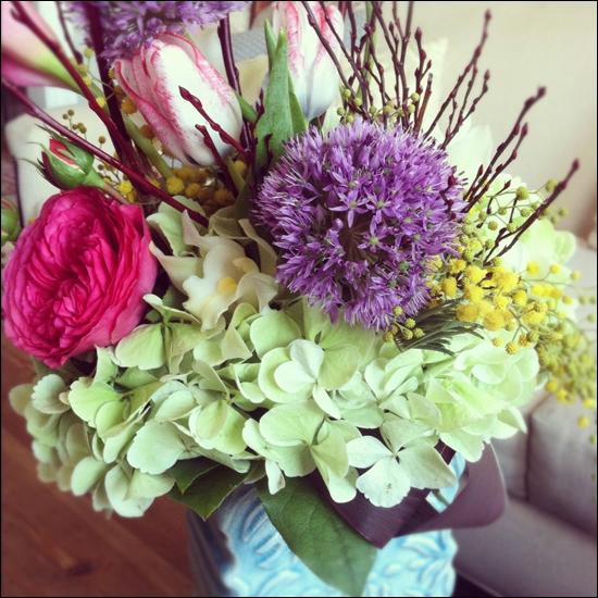 Voici un bouquet mélangé et coloré. Quelle est la fleur de couleur blanc-vert pâle en premier plan ?